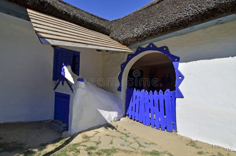 Vieille porte bleue images stock