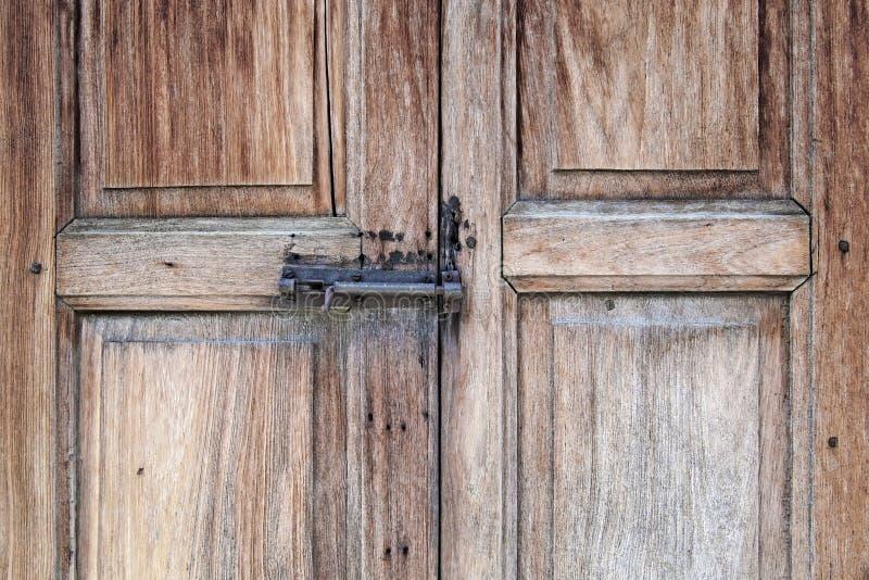 Vieille porte boulonnée sur la porte en bois photo libre de droits
