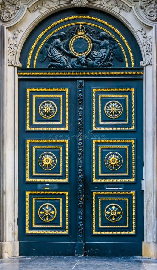 Vieille porte classique décorée de l'or et des modèles, statues d'ange au-dessus de la porte, architecture historique photo stock