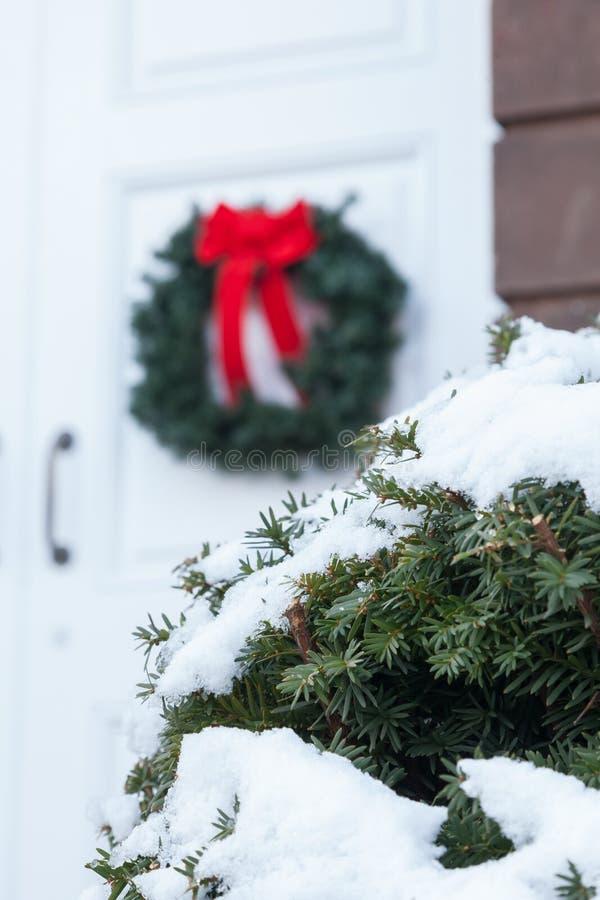 Vieille porte d'église avec la guirlande de Noël images libres de droits