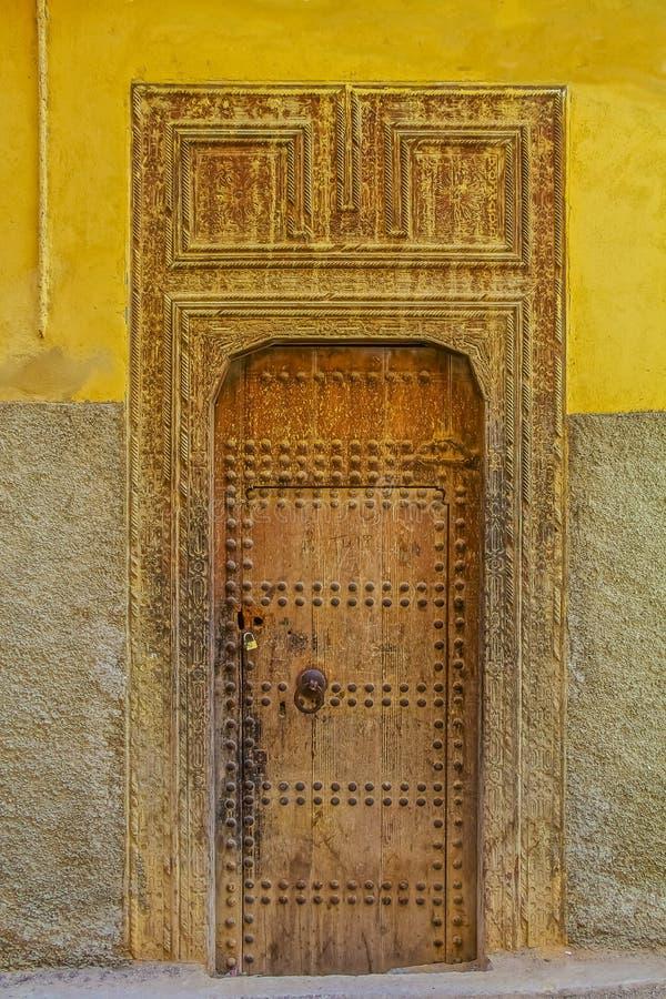 vieille porte d 39 une maison marocaine traditionnelle image stock image 59110795. Black Bedroom Furniture Sets. Home Design Ideas