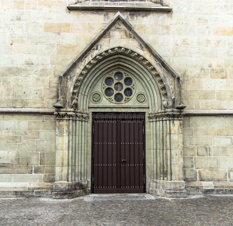 Vieille porte dans le style gothique photo libre de droits
