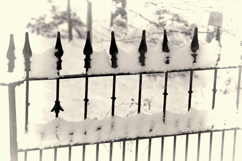 Vieille porte de fer dans la neige photographie stock