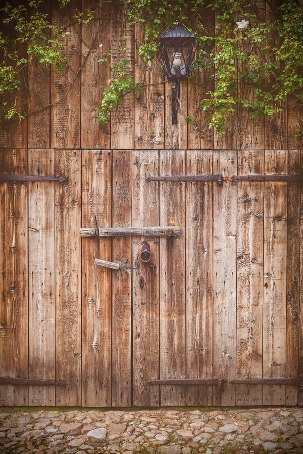 Vieille porte de grange superficielle par les agents photographie stock libre de droits