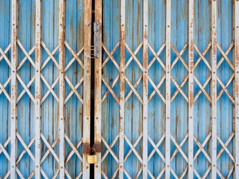 Vieille porte en acier bleue de fond photos stock