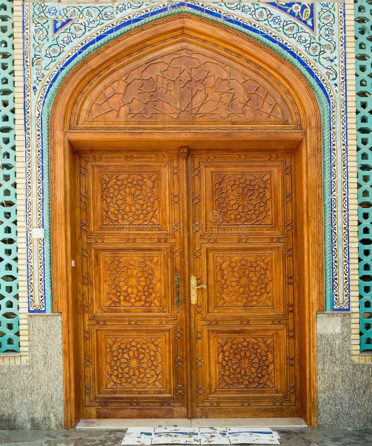 Vieille porte en bois à la mosquée, main-ouvrée Bin Abi Taleb Mosque d'Ali Cargos arabes traditionnels chez Dubai Creek image libre de droits