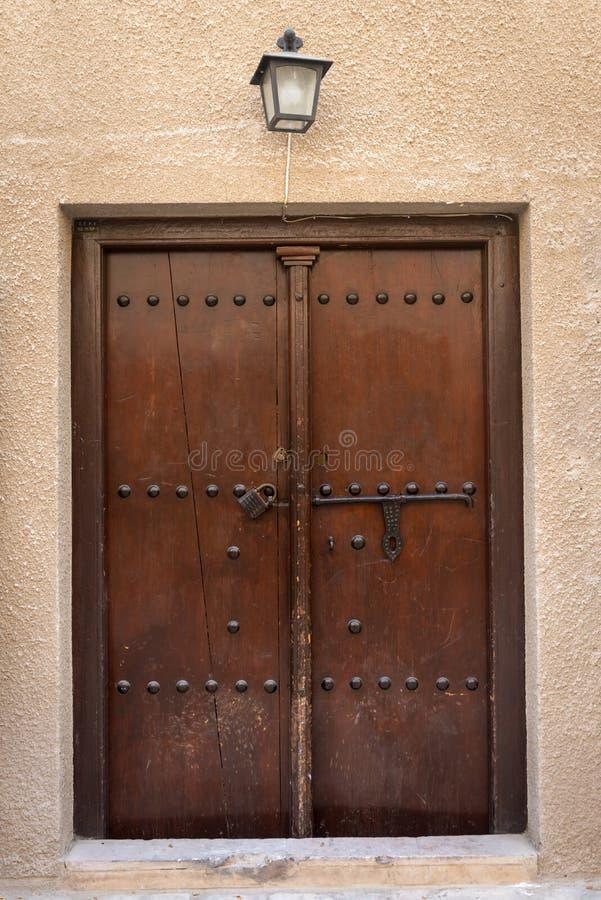 Vieille porte en bois antique images stock