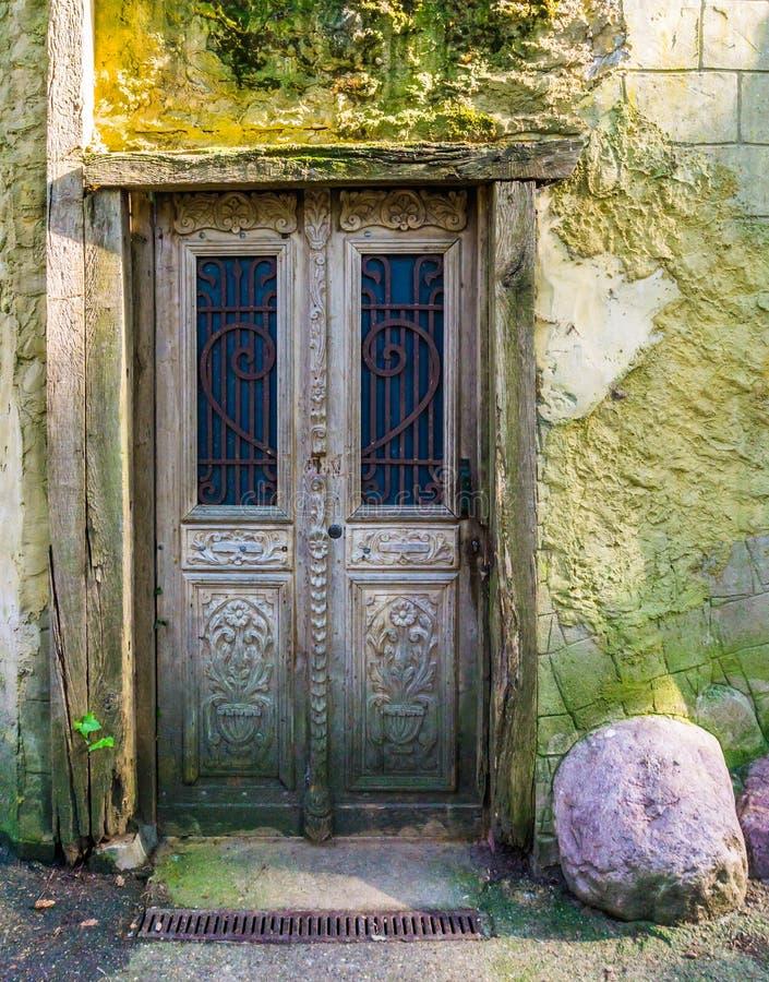 Vieille porte en bois antique dans un cadre en bois avec une architecture extérieure douce de mur en pierre photographie stock