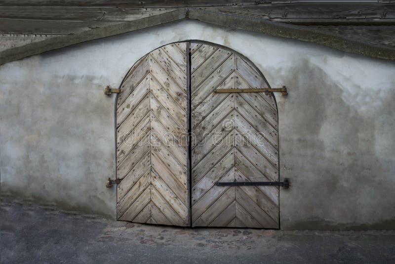 Vieille porte en bois arrondie faite de conseils image stock