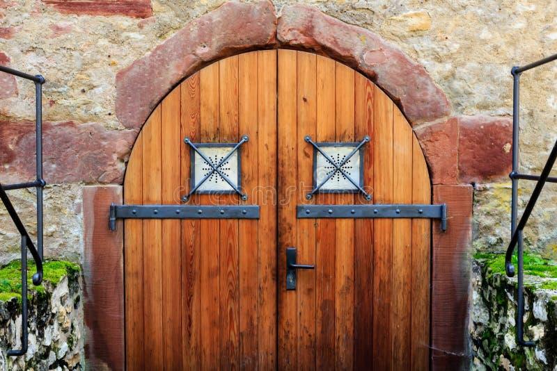 Vieille porte en bois au cachot dans une ruine de château photo stock