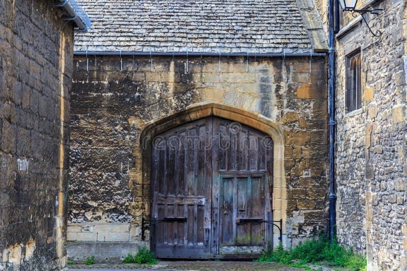 Vieille porte en bois au campus d'Oxford photos libres de droits