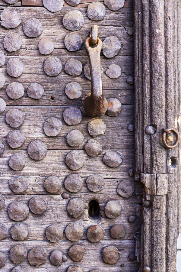 Vieille porte en bois avec des rivets en métal, détail photos libres de droits