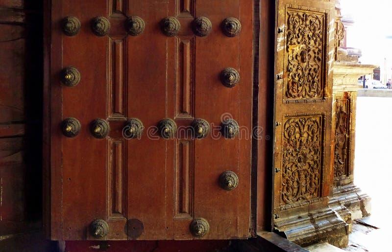 Vieille porte en bois avec des transitoires en métal et porte avec le découpage image stock