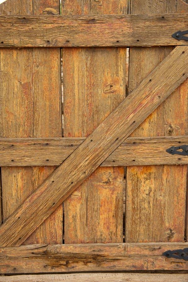 Vieille porte en bois avec les charnières noires image stock
