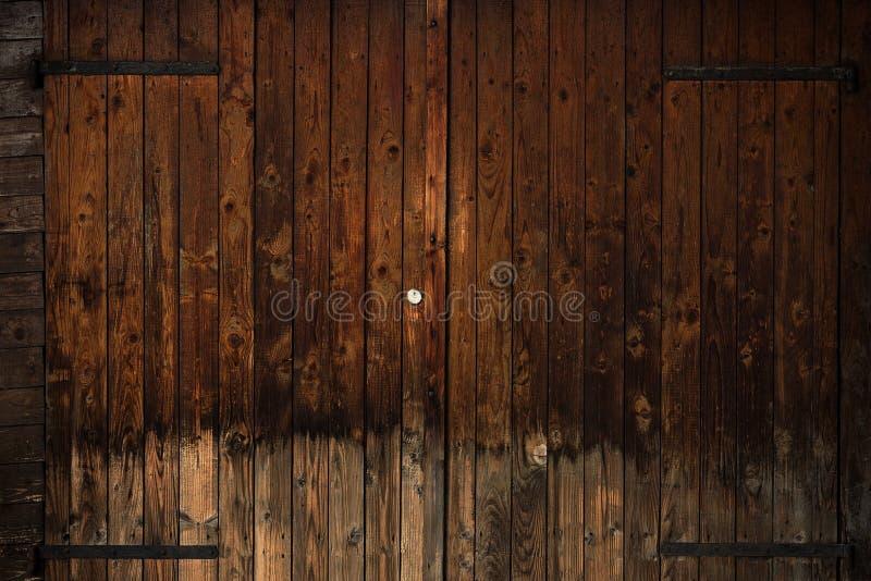 Vieille porte en bois avec les charnières noires de fer photographie stock