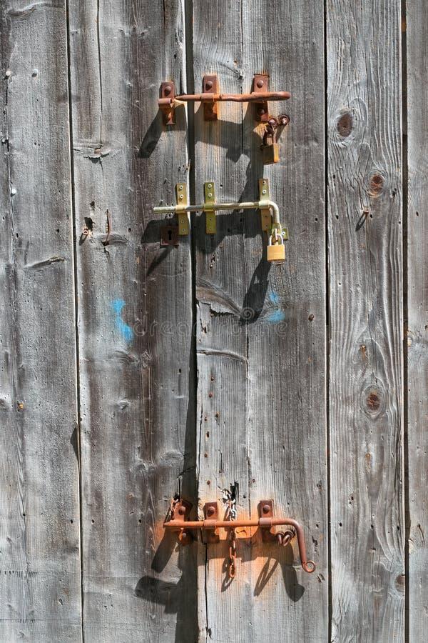 Vieille porte en bois avec les talons forgés rouillés images stock
