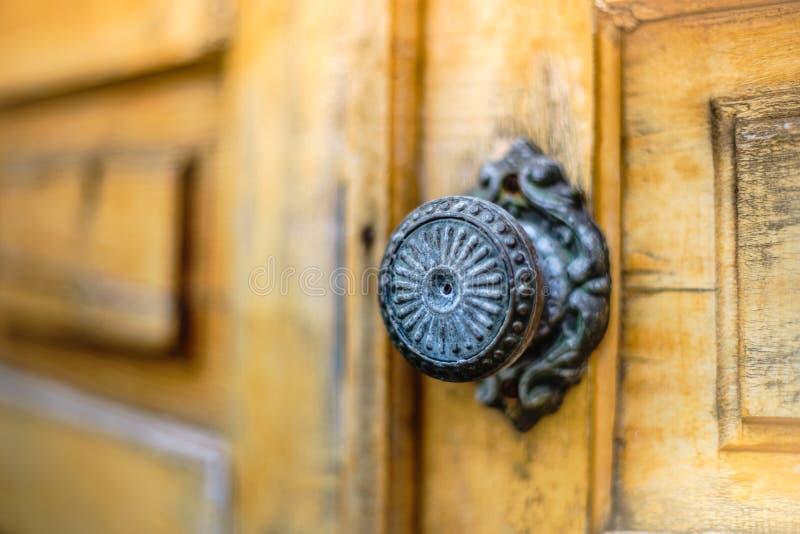Vieille porte en bois avec une poignée de fer rond, plan rapproché images stock