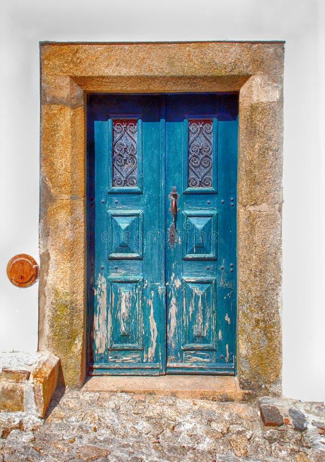 Vieille porte en bois bleue dans la maison rurale, Portugal images stock