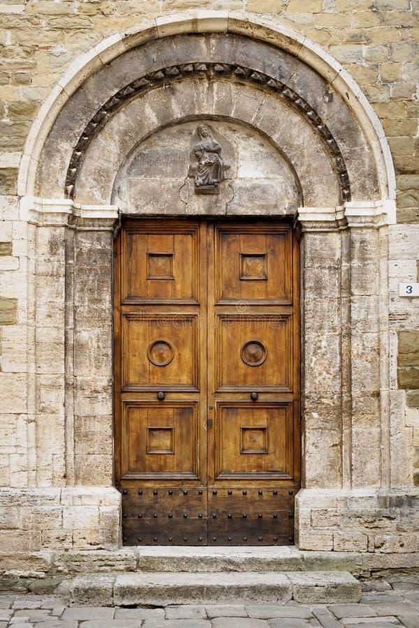 Vieille porte en bois décorée d'une église dans Bevagna en Umbria Italy image libre de droits