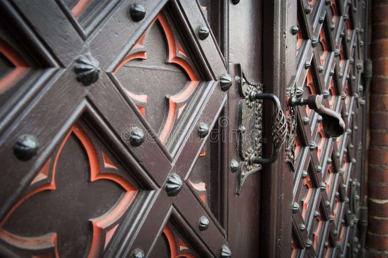 Vieille porte en bois décorative d'église image libre de droits