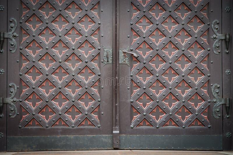 Vieille porte en bois décorative d'église images libres de droits