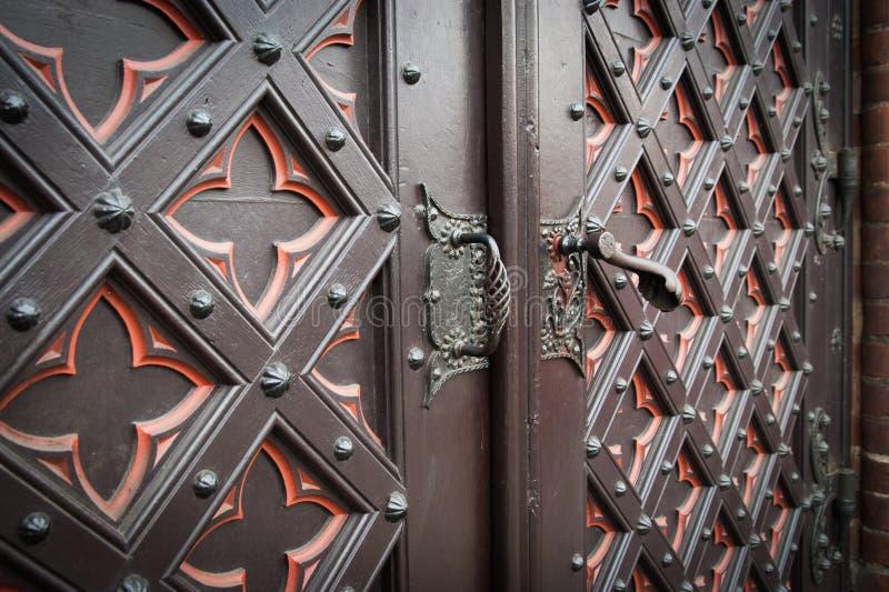 Vieille porte en bois décorative d'église photographie stock