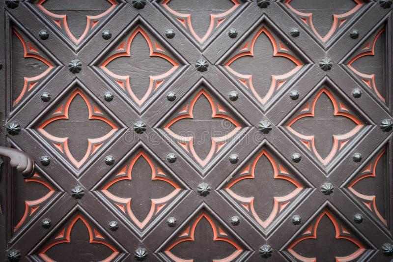 Vieille porte en bois décorative d'église photo libre de droits