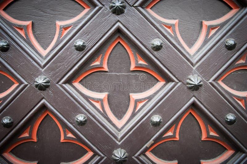 Vieille porte en bois décorative d'église photographie stock libre de droits