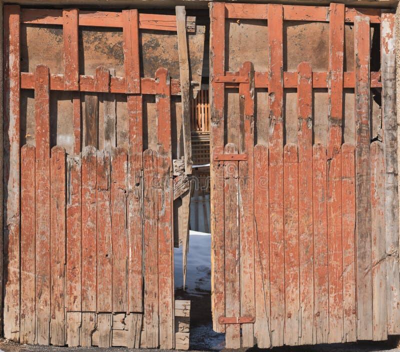 Vieille porte en bois d'arrière cour, tir de vue de face photographie stock libre de droits