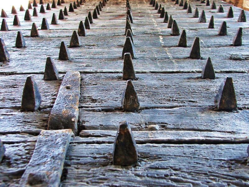 Vieille porte en bois d'une forteresse dans la fente, Croatie photos stock
