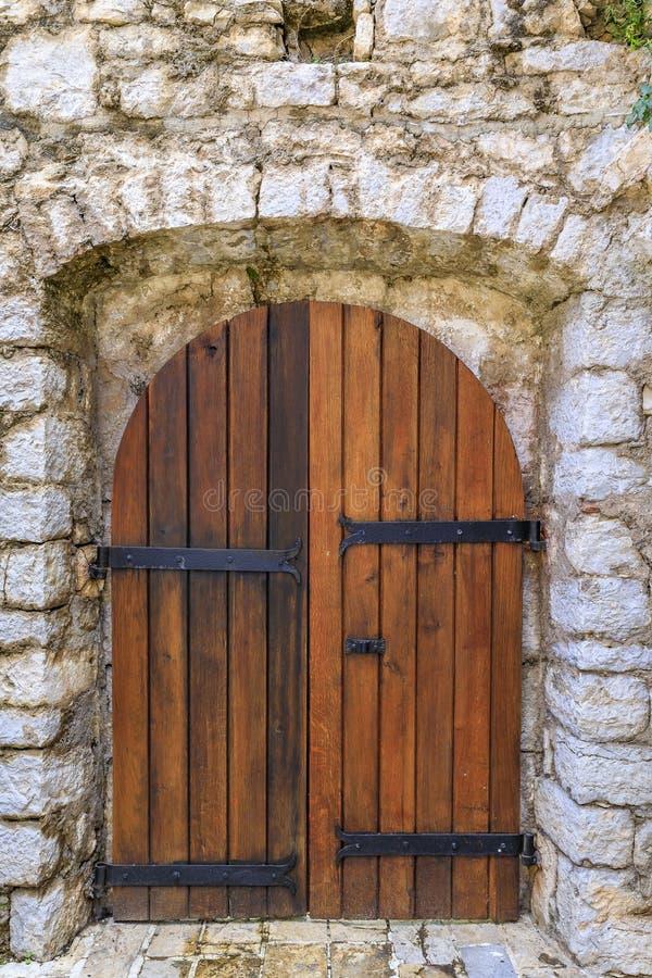 Vieille porte en bois dans la forteresse antique de citadelle dans la vieille ville de Budva, dans Monténégro, les Balkans photos libres de droits