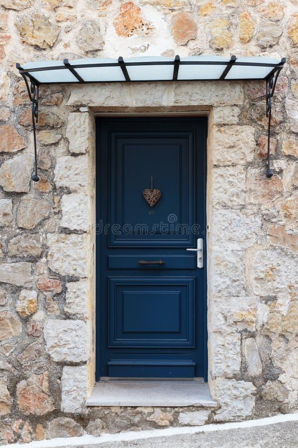 vieille porte en bois dans la maison de pierre d 39 entr e photo stock image du construction. Black Bedroom Furniture Sets. Home Design Ideas