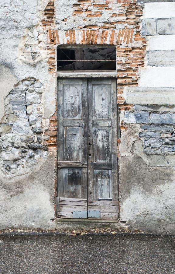 Vieille porte en bois dans le mur ruiné photo libre de droits