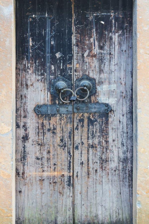 Vieille porte en bois dans le temple chinois photos stock