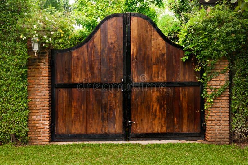 vieille porte en bois dans un jardin envahi avec le lierre. Black Bedroom Furniture Sets. Home Design Ideas
