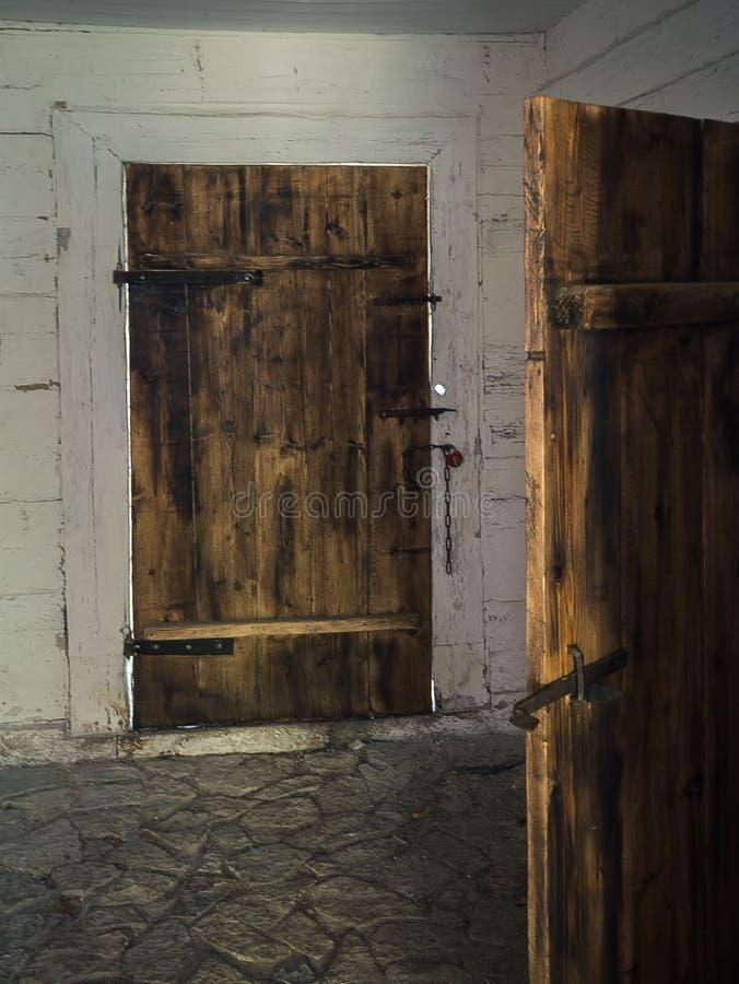 Vieille porte en bois dans une maison en bois image libre de droits