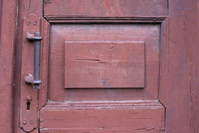 Vieille porte en bois de brun foncé Molette de trappe photos libres de droits
