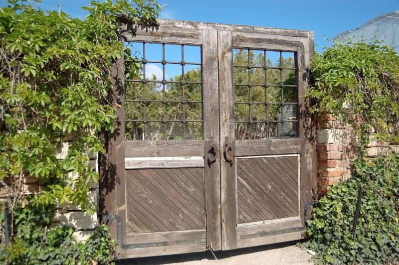 Vieille porte en bois et végétation verte dans le jardin botanique dans Balchik, Bulgarie image stock