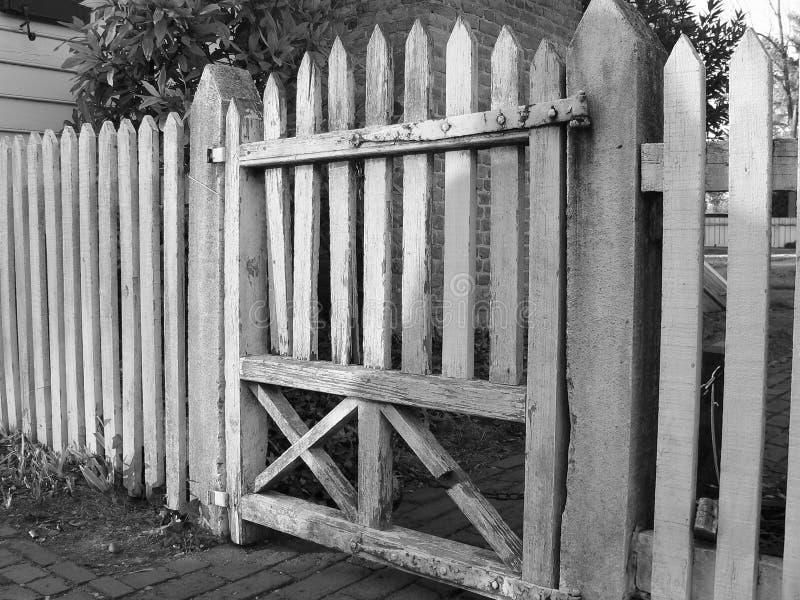 Vieille porte en bois noire et blanche image stock