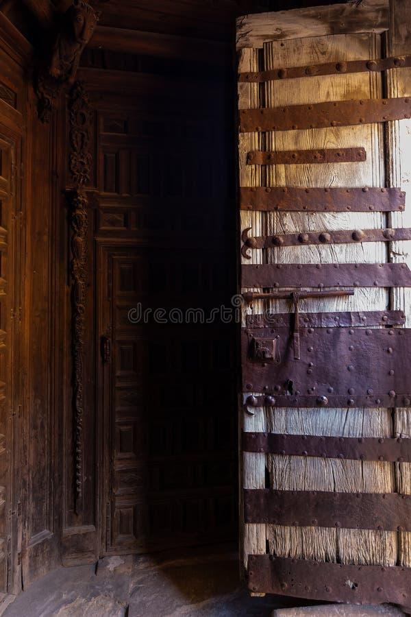 Vieille porte en bois ouverte, entrée à l'église à Soria photographie stock libre de droits