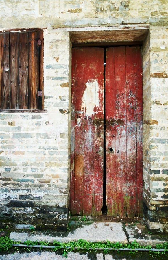 Vieille porte en bois, porte en bois rouge image stock