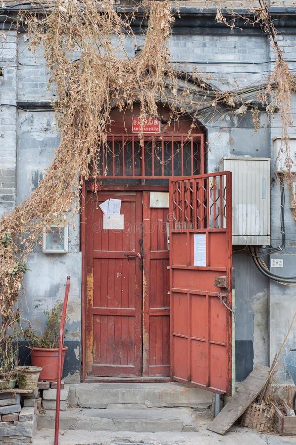 Vieille porte en bois rouge d'un bâtiment résidentiel de hutong traditionnel, Pékin photos libres de droits