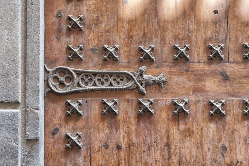 Vieille porte en bois traditionnelle en Andalousie, Espagne Utilisation des clous et du métal à la vieille porte en bois photographie stock libre de droits