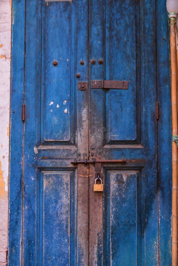 Vieille porte en bois verrouill?e avec une serrure de fer photo stock