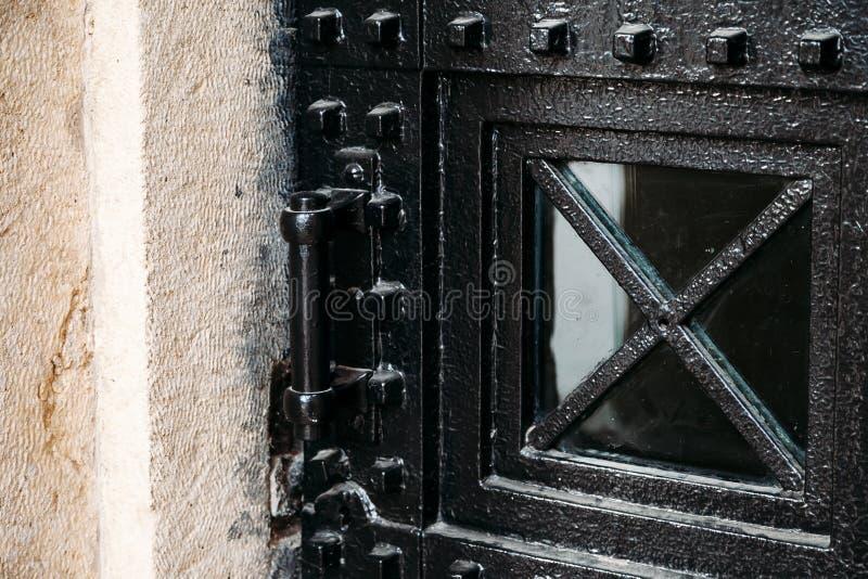 Vieille porte en gros plan en métal dans le bâtiment historique de forteresse image libre de droits