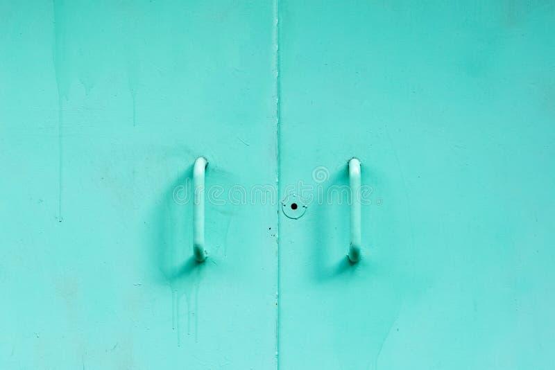 Vieille porte en métal avec un trou de la serrure photos stock