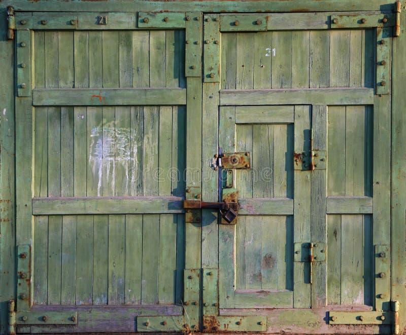 Download Vieille porte fermée image stock. Image du entrée, façade - 8659129
