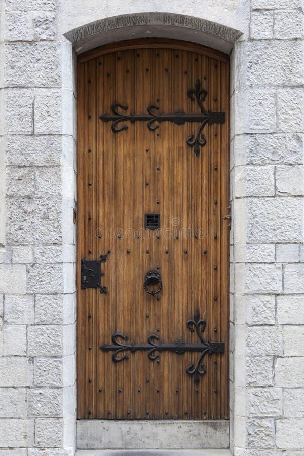 Vieille porte fleurie épaisse avec la ferronnerie dans le mur de grès du vieux bui photos stock