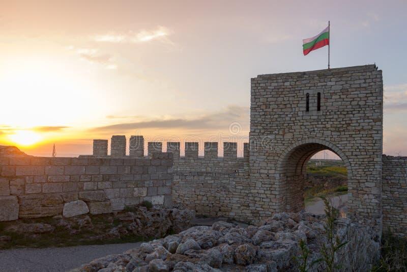 Vieille porte gardant l'entrée de la forteresse médiévale dans le cap de Kaliakra, Bulgarie, une journée de printemps ensoleillée images stock