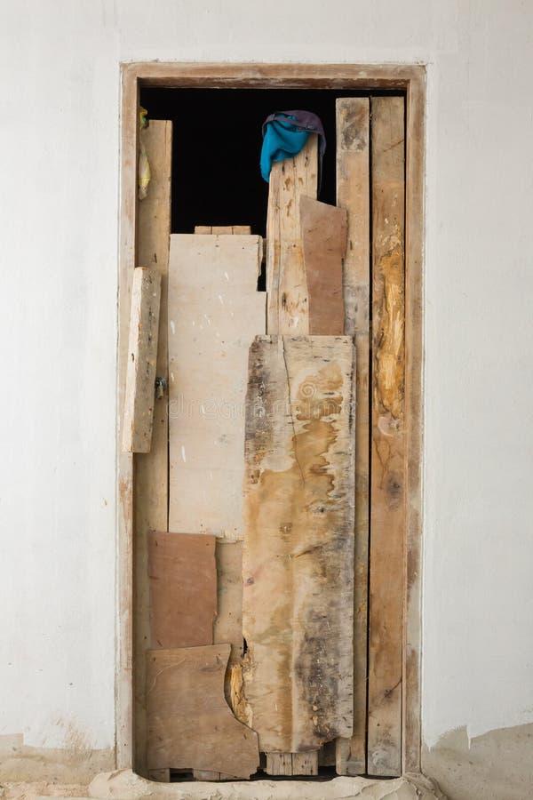 Vieille porte grise sur le mur photo stock